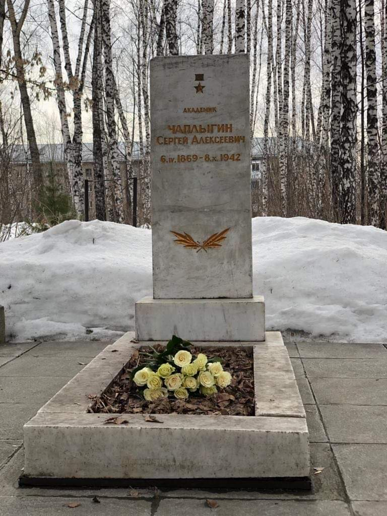 Представитель «Русской Инициативы» Марина Сакулина возложила цветы на могилу и к памятнику великого советского учёного_001_05.04.2021