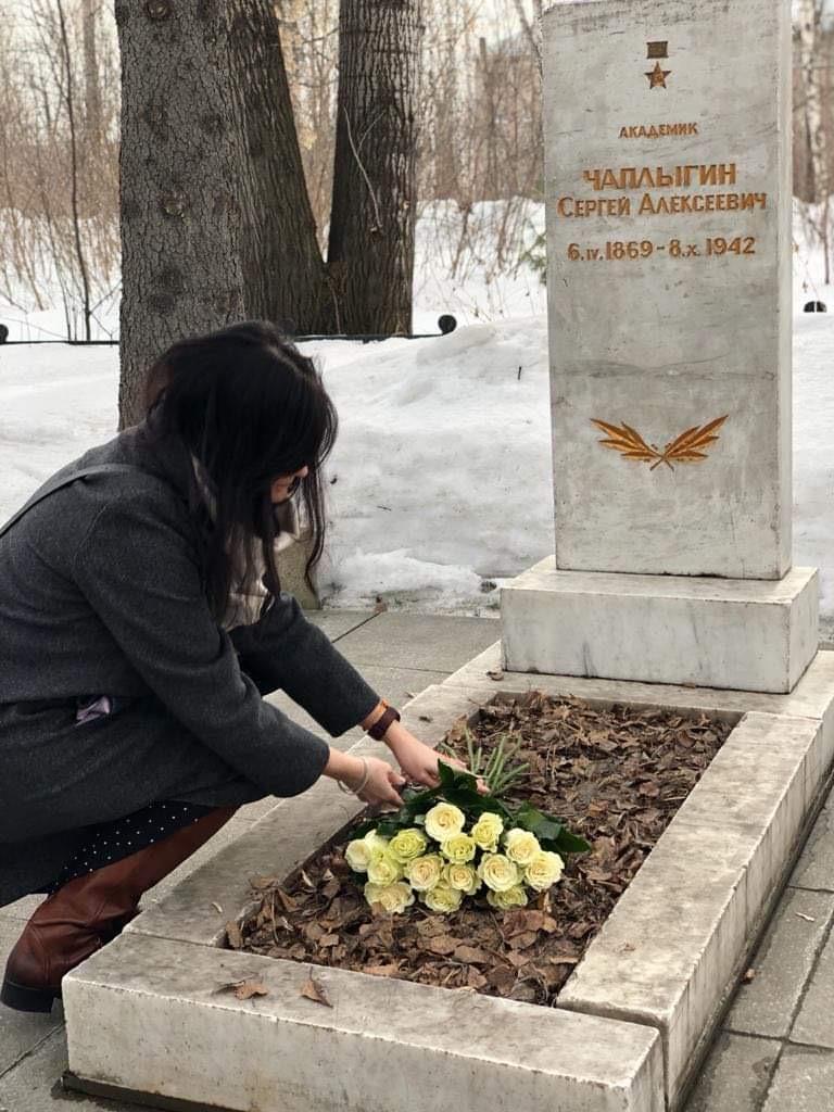 Представитель «Русской Инициативы» Марина Сакулина возложила цветы на могилу и к памятнику великого советского учёного_002_05.04.2021