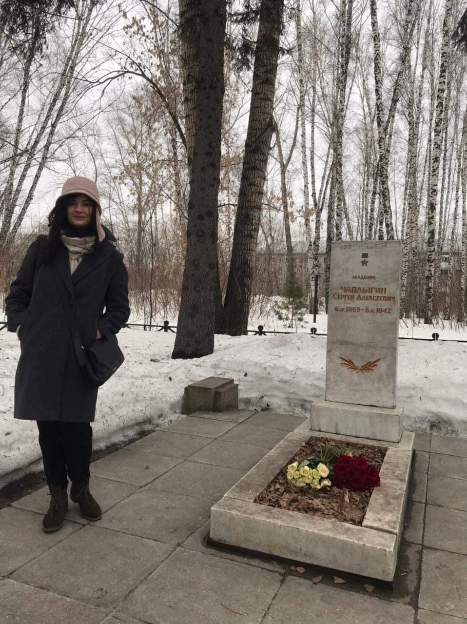 Представитель «Русской Инициативы» Марина Сакулина возложила цветы на могилу и к памятнику великого советского учёного_004_05.04.2021