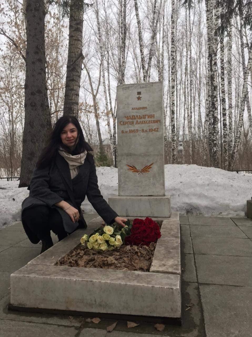 Представитель «Русской Инициативы» Марина Сакулина возложила цветы на могилу и к памятнику великого советского учёного_006_05.04.2021